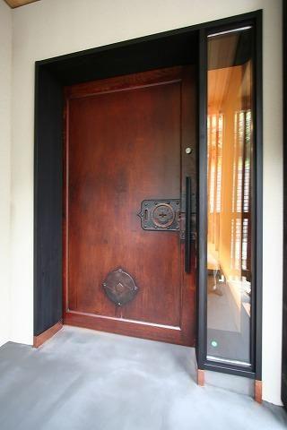 玄関扉は古い民家の蔵戸を使用し 2階の主室に面した4箇所にも古い格子