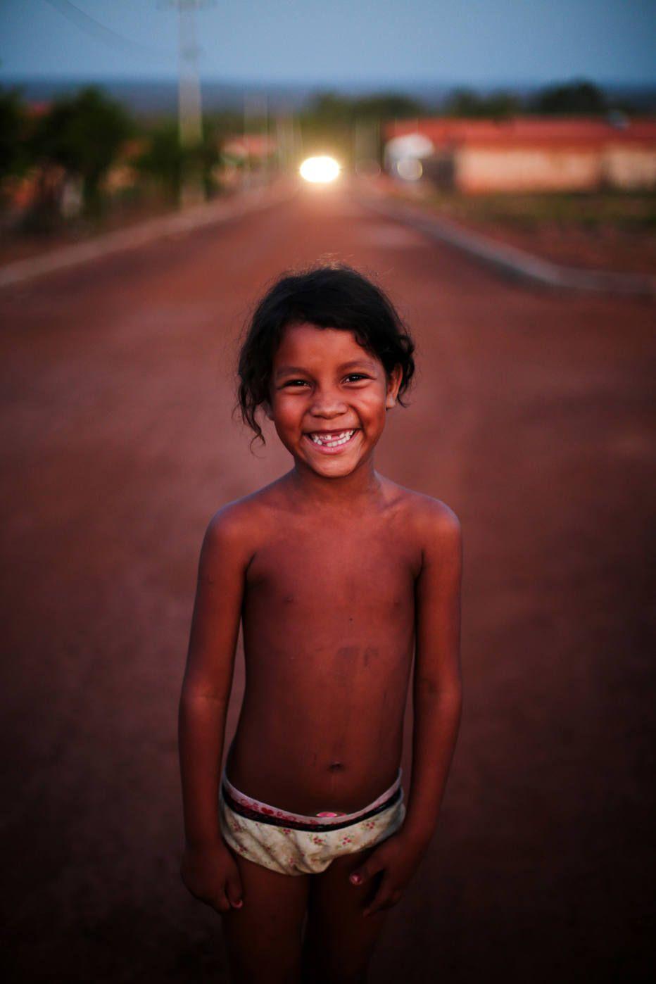 A menina Lidiane de Barros de Souza, de 7 anos, fotografada por Tiago Queiroz em 2014 no Maranhão