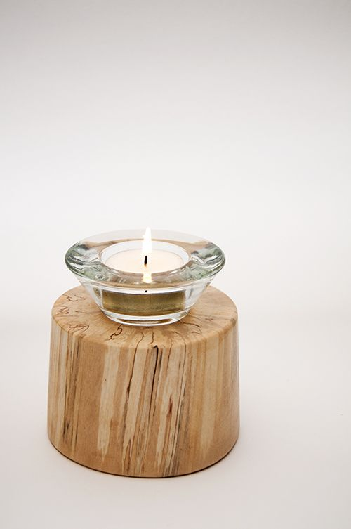 Sfeerlicht - Glazen theelichthouder geschikt voor een klein theelichtje (+/- 4cm doorsnede). Deze glazen theelichthouder is verzonken in een berkenhouten stammetje zonder schors - gelakt. 'Authentieke, handgemaakte interieurstukken voor huis en tuin. H.T.I. Hermans Thijs'