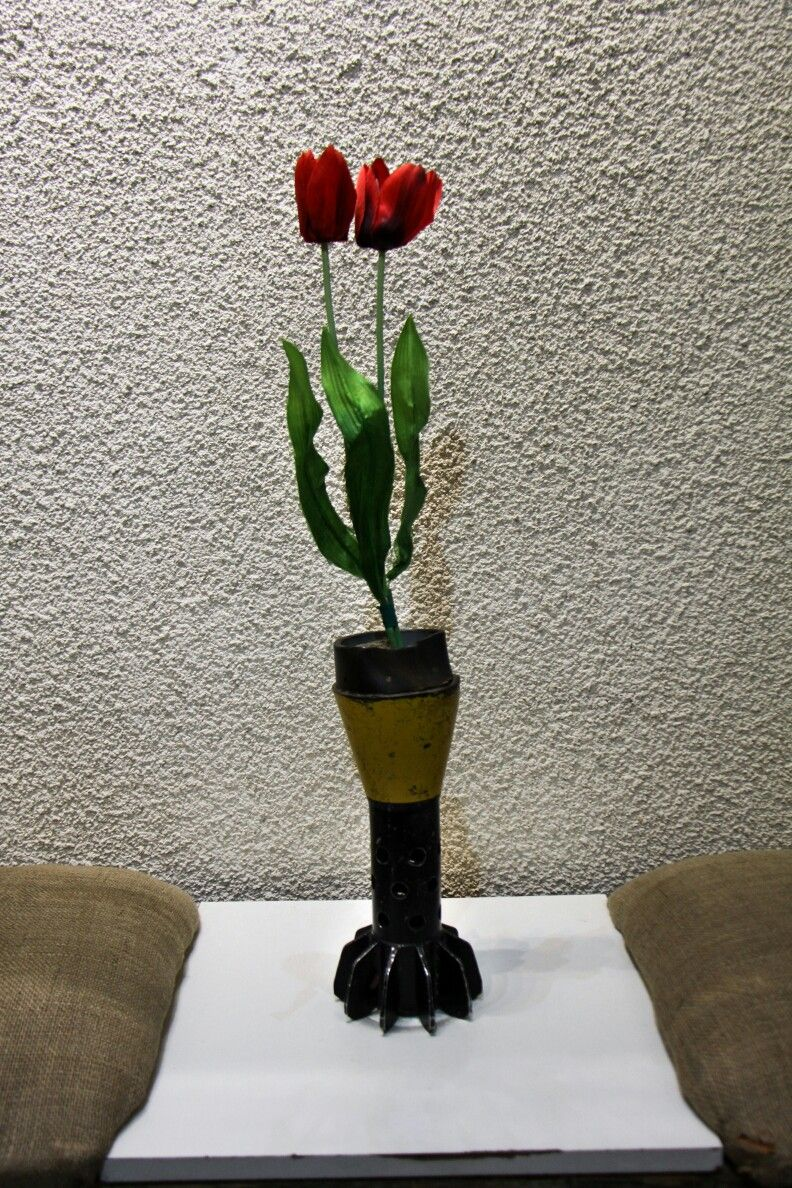 سال ۱۳۹۲ شاخه گل شقایق نماد شهدات و خمپاره ۱۲۰ نماد جنگ میباشد باغ موزه دفاع مقدس در سال ۱۳۸۹ در شهر همدان افتتاح شده است این موزه زی Home Decor Decor Vase
