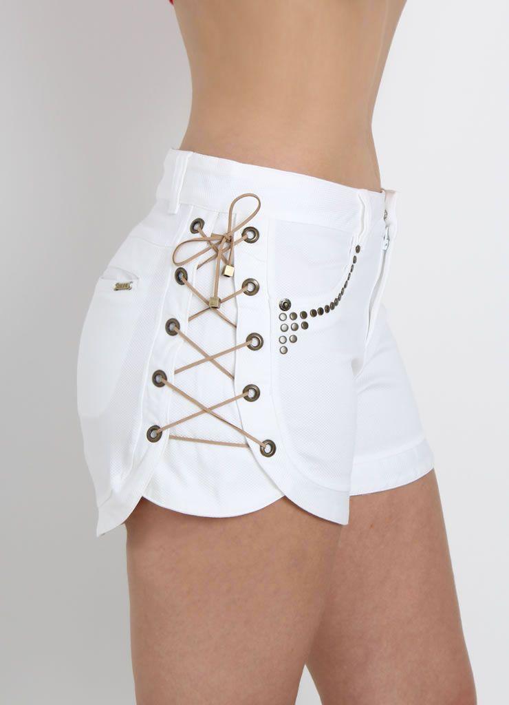Shorts com aplicação de tachas e amaração lateral com ilhos - Luleg ...
