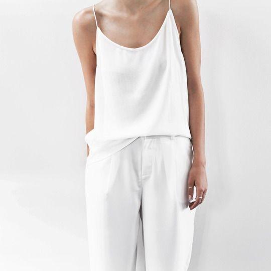 camiseta e calça soltinha branca
