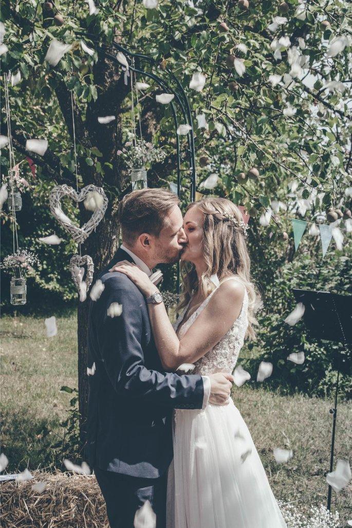 Endlich Unendlich Nach Zehn Jahren Feierten Sara Julian Eine Diy Wedding Braut Brautigam Hochzeitstanz Romantische Momente