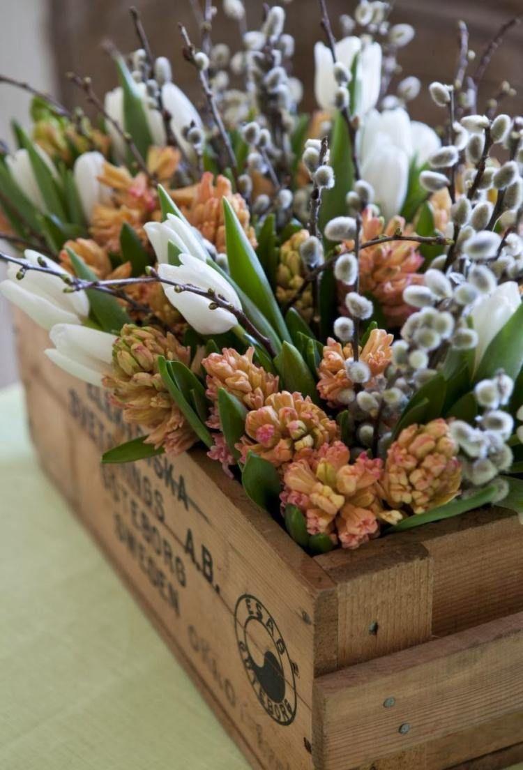 d coration printani re et composition florale avec saule de chat tulipe blanche jacinthe et. Black Bedroom Furniture Sets. Home Design Ideas