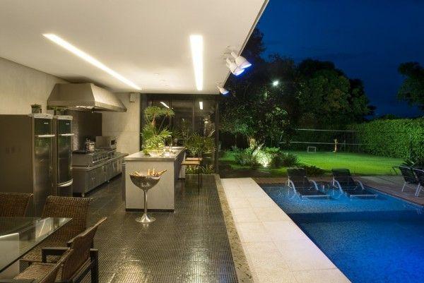 Área de piscina junto à área de churrasqueira sofisticada. Do blog: Assim eu Gosto.