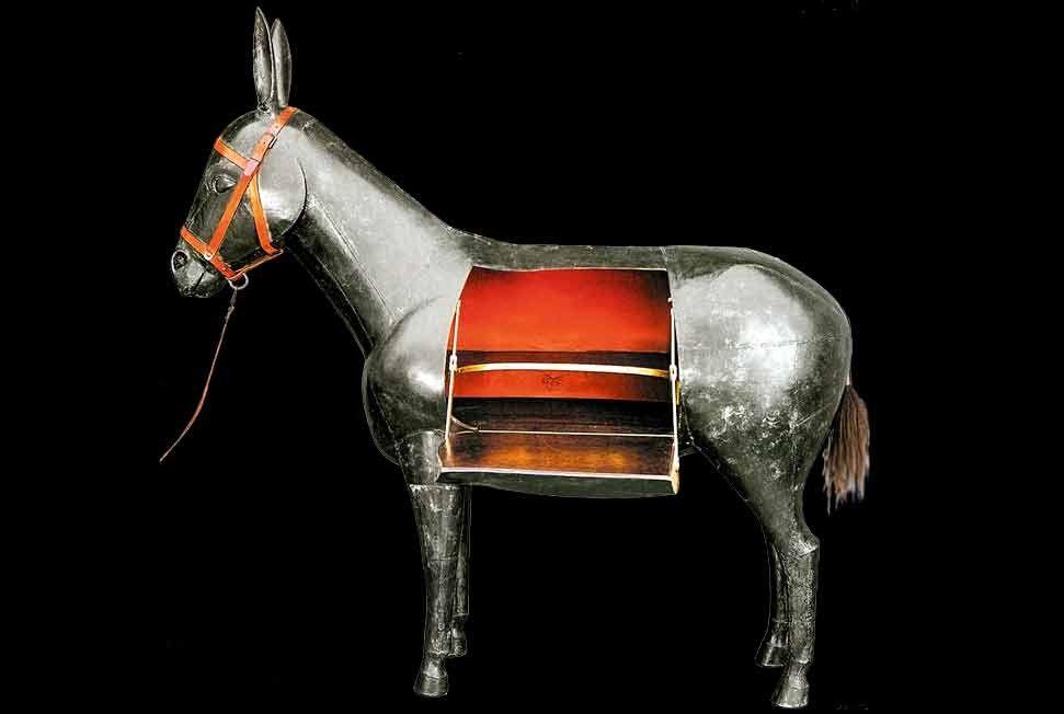 L'âne de Lalanne - Cette création de 1998 en bronze, cuir et bois du sculpteur François-Xavier Lalanne (1927-2008) est proposée sur le stand de la JGM Galerie. Prix : près de 1 million de dollars.