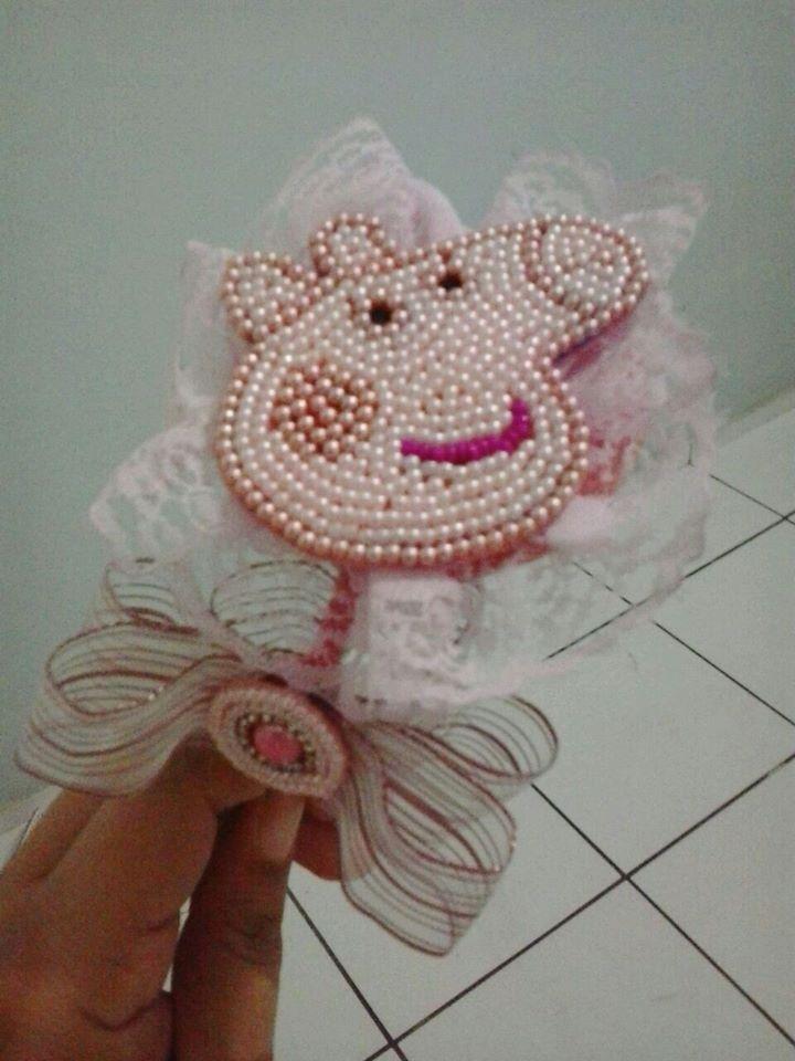 Tiara Peppa Pig em tom rosa claro, com pérolas e renda, luxuosa.