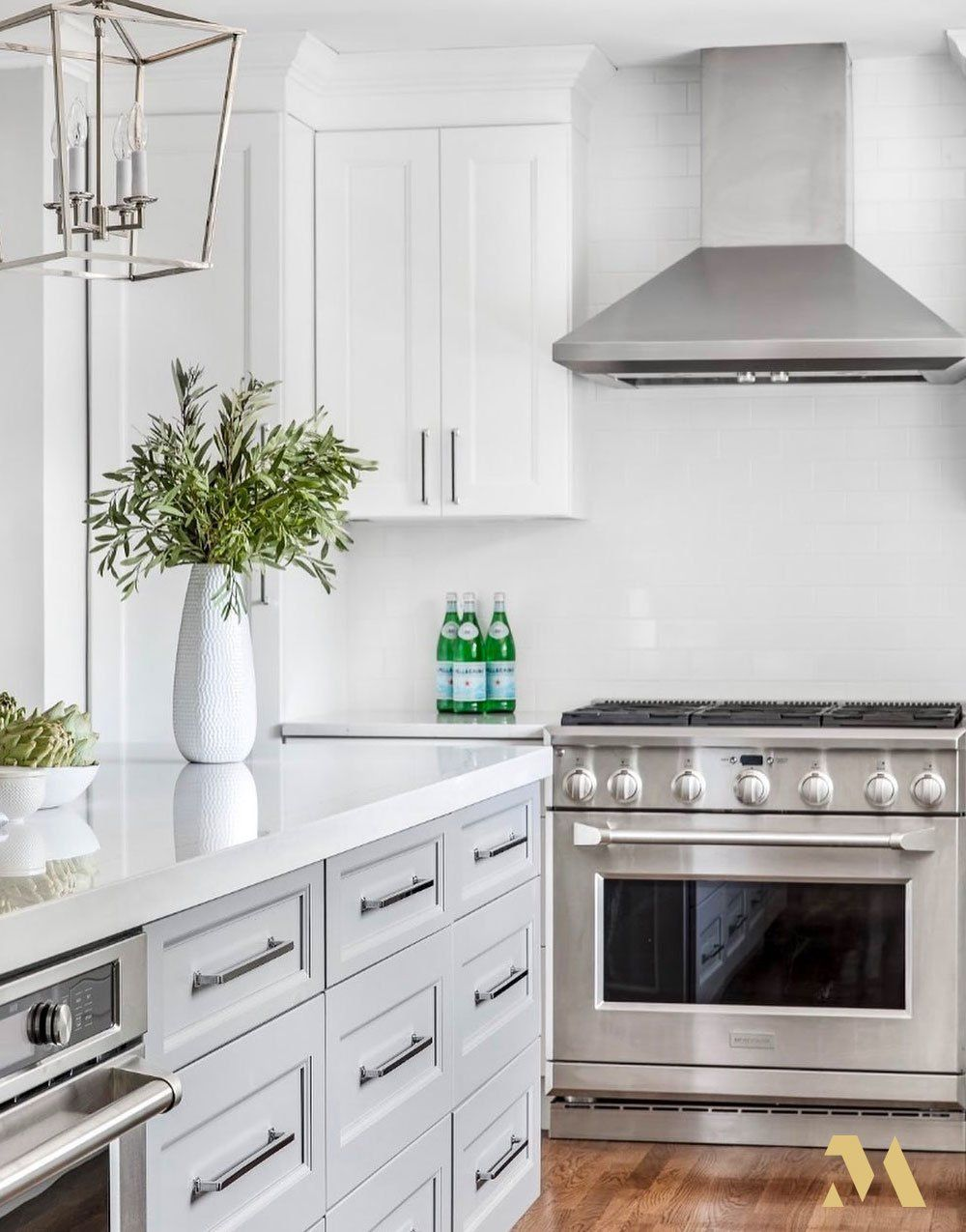 This Bright And Modern Kitchen With Monogram Appliances Designed By J Bandel Interiors Is Just Perfect In 2020 Professional Kitchen Appliances Kitchen Modern Kitchen
