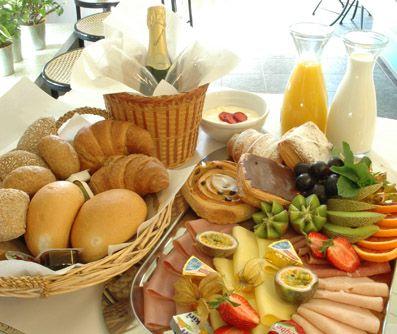 Een stevig ontbijt met warme broodjes én....champagne!  Heerlijk!