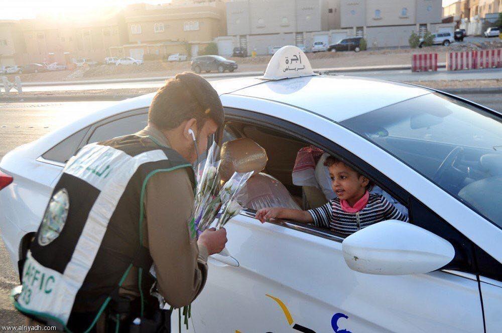 رجال المرور يشاركون الطلاب في أول يوم من العام الدراسي الجديد بتوزيع الورود العام الدراسي الجـديد السعودية
