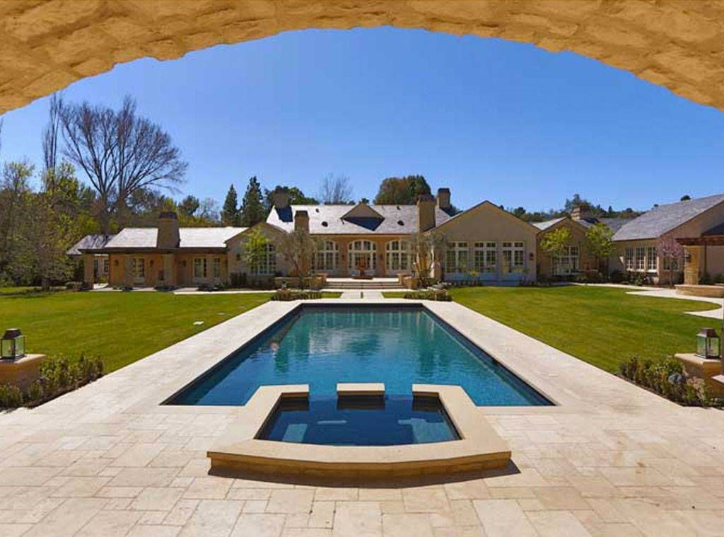 Get In The Pool From Kim Kardashian Kanye West S 20 Million Dream Home Celebrity Houses Mansions Country Mansion