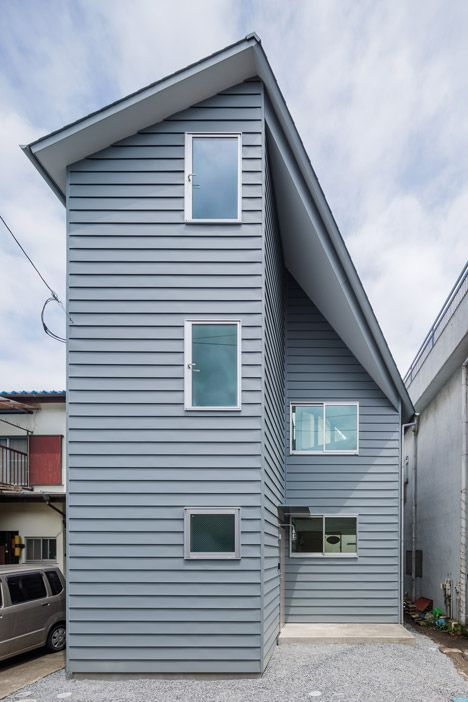Asymmetric House in Tourimachi slots between two buildings