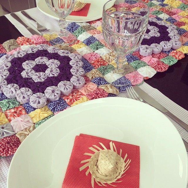 Estava devendo uma mesinha junina (julina! Rsrs) pra vocês.... Mesa do almoço de hoje by me! Passadeira de fuxico e descansos de panela feitos pela vovó e vovô arteiros! ❤️ #arraiá #festajunina #mesacaipira #mesaposta #meseirasassumidas #mesapostadaarteira #SãoJoão #criaçãodaarteira