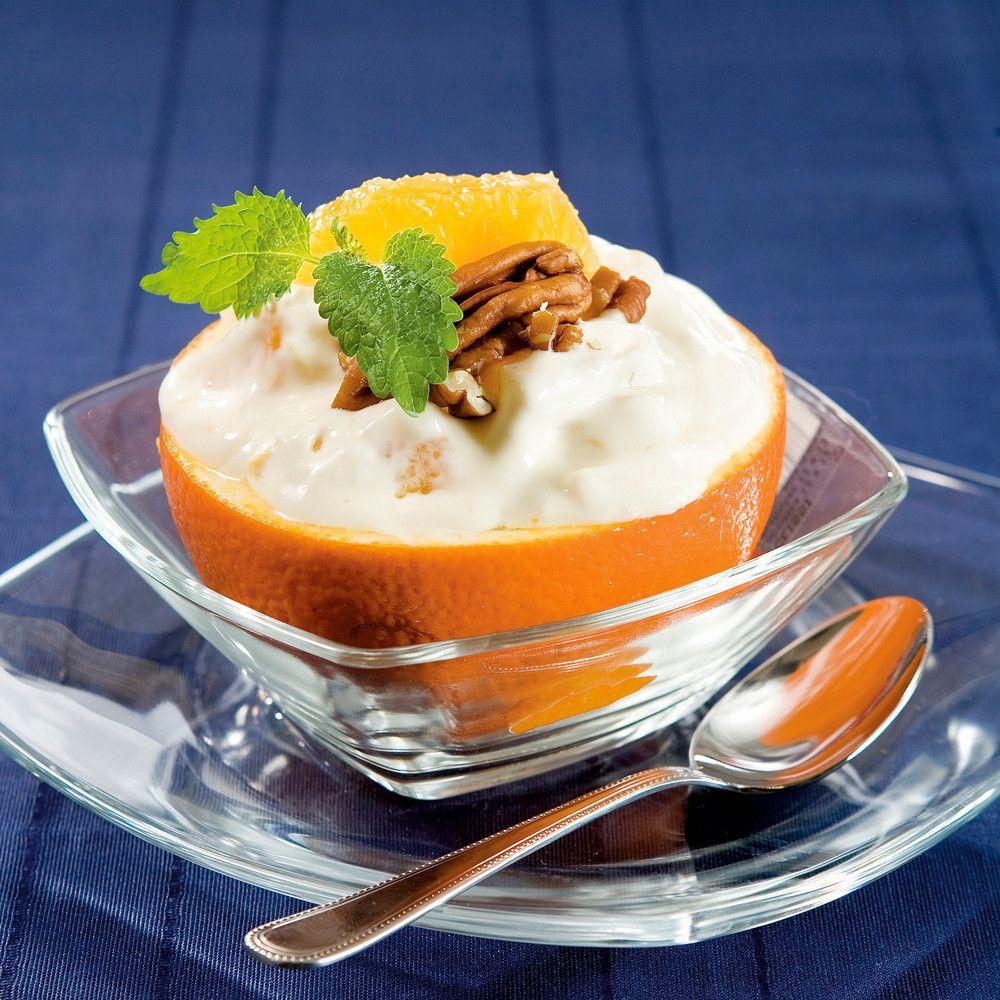 Hurmaa ystäväsi ja täytä appelsiinit vaniljaisella rahkalla ja pähkinöillä.