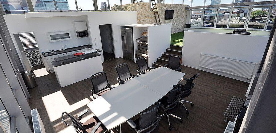 Ausbau und Büromöbel für eine Büroetage im Dachgeschoß mit