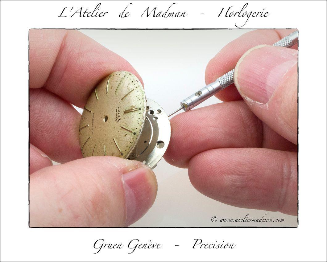 Gruen Vintage Watch - Deux vis latérales, dont une complètement détruite, retiennentl le cadran.
