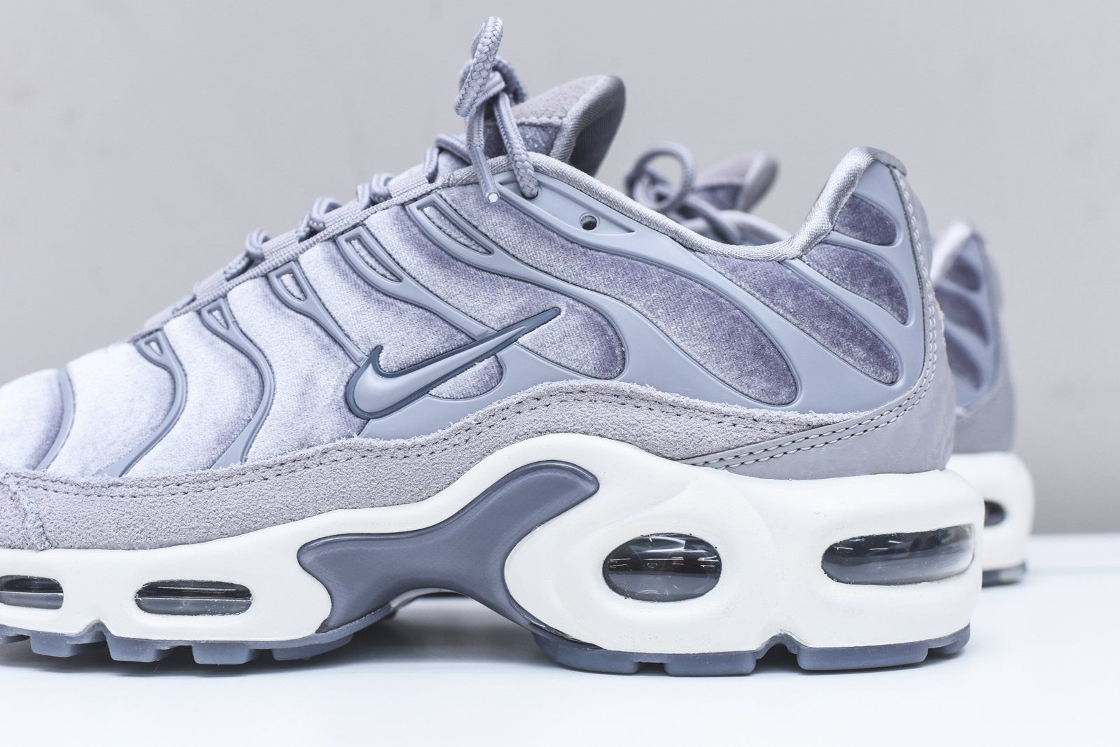 Nike WMNS Air Max Plus LX - Grey   White   Schuhe   Nike, Air max ... b4eb2506159