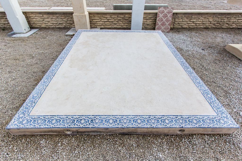 Grande dalle béton, aspect lisse, avec frise arabesque; à poser sur - Pose De Carrelage Exterieur Sur Chape Beton