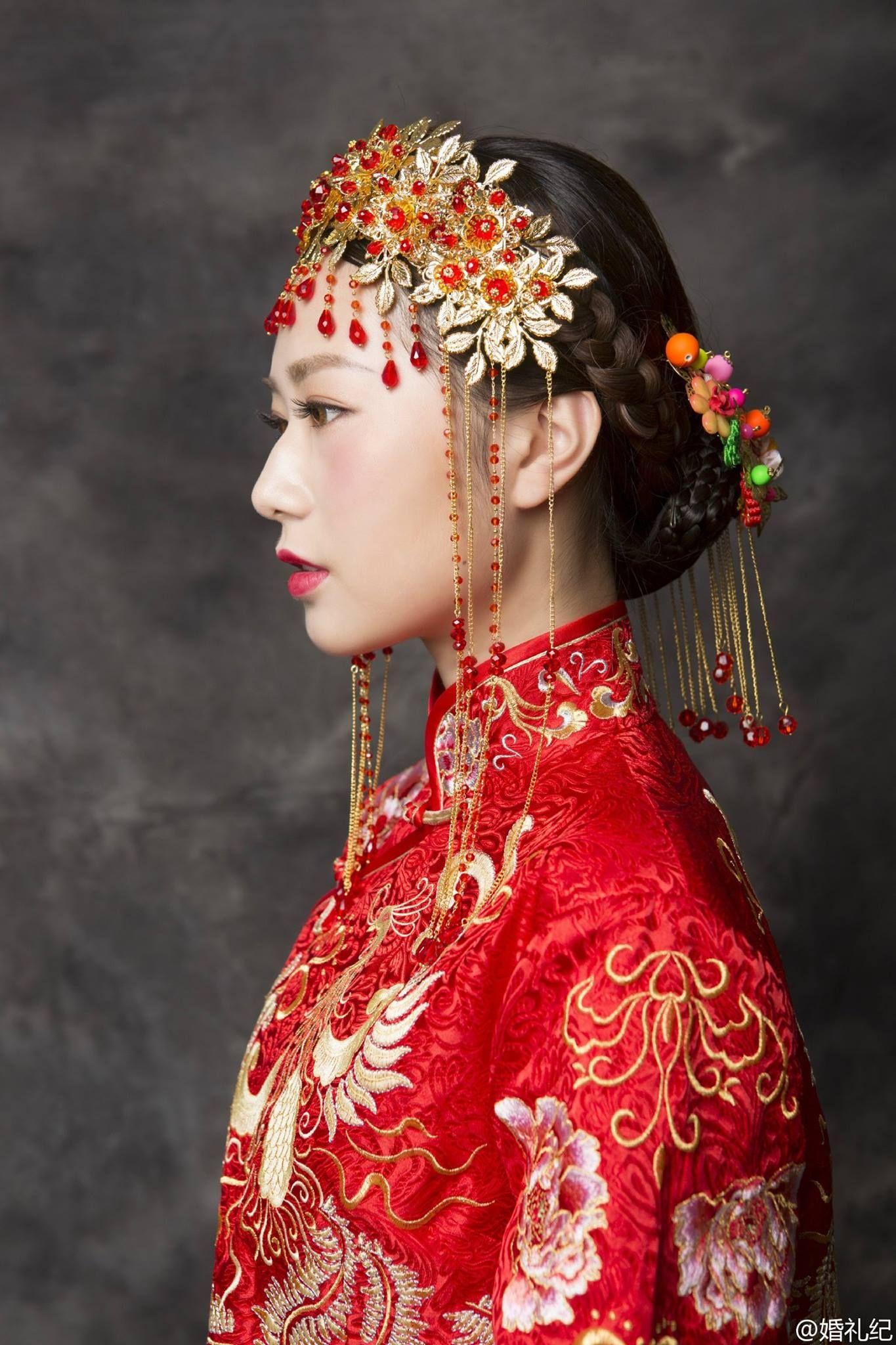 Traditional Chinese wedding dresses. via FB Discover China [Credit: SinaWeibo/婚礼纪]