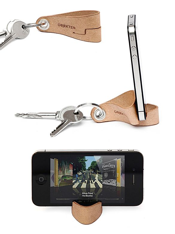 Made of recycled leather, Keyring is a smart and simple key fob that holds your phone in horizontal or vertical position. Design by Alain Berteau, the cofounder of Objecten.