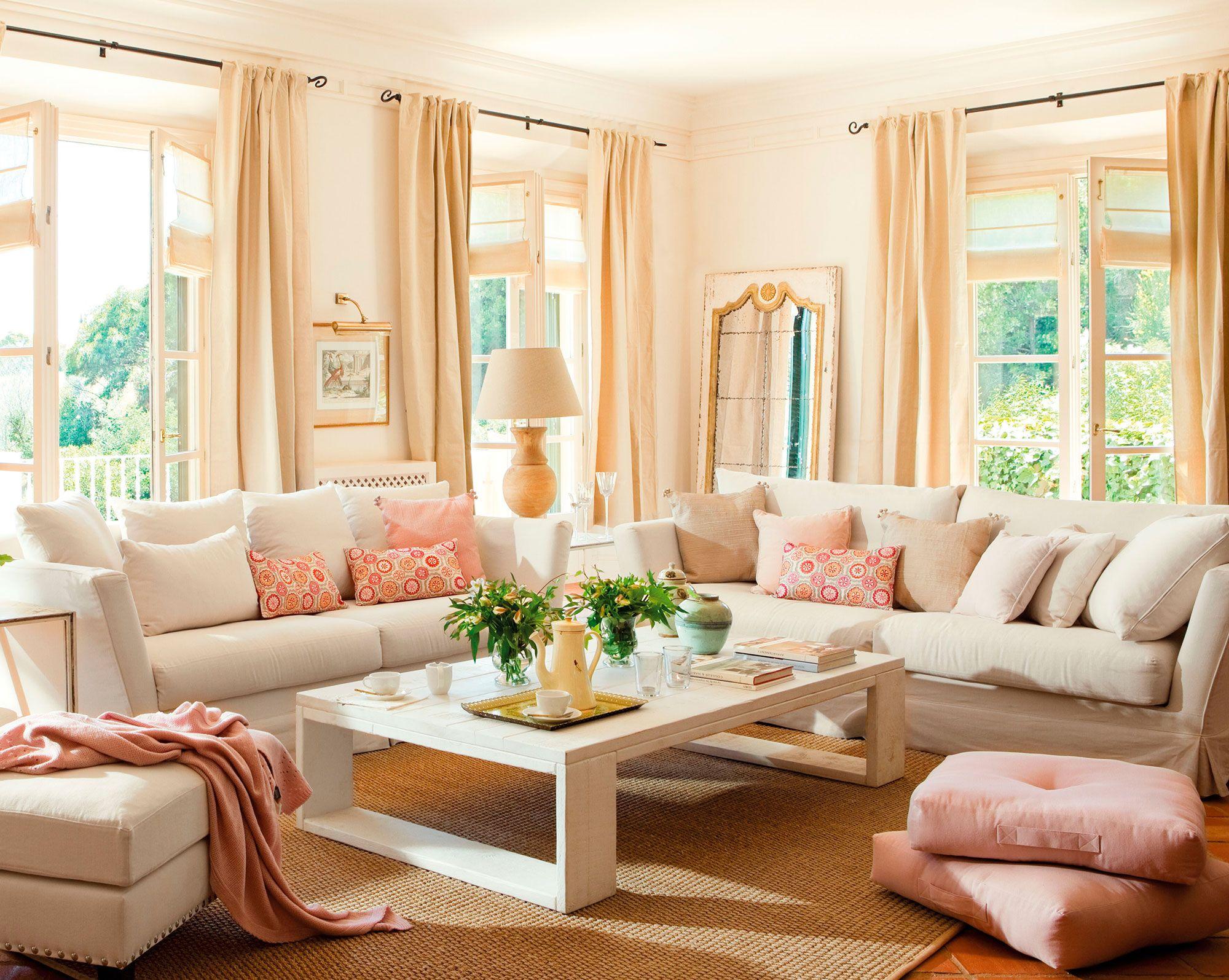 Sal n con dos sof s en l y grandes ventanales ideas - Ver decoracion de salones ...