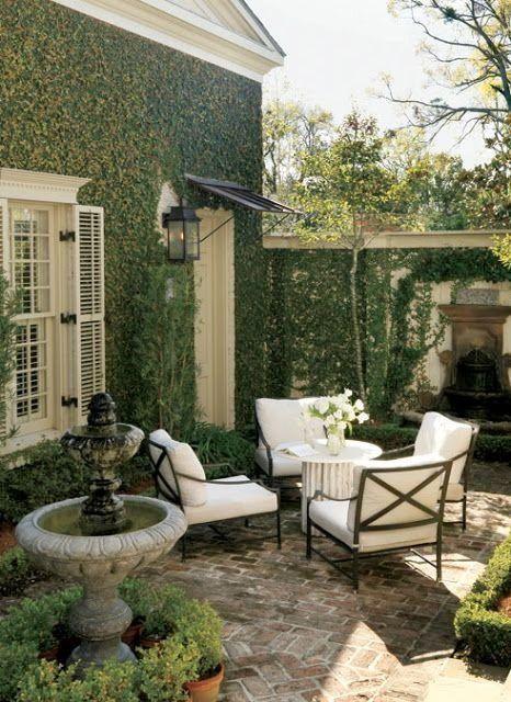 Hier Erfahren Sie Wie Sie Ihren Patio Unabhangig Von Der Grosse Luxurios Wirken Lassen One King Courtyard Gardens Design Small Courtyard Gardens Backyard Patio
