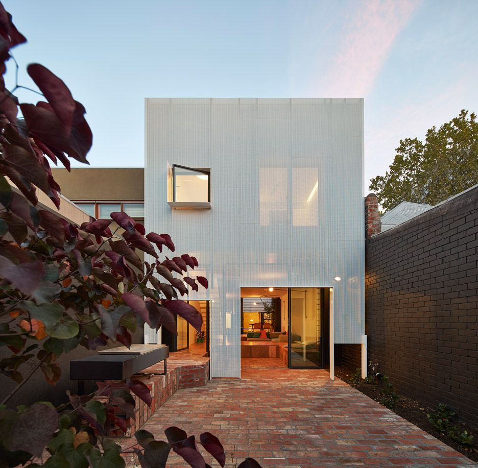 Kleines 2 schlafzimmer hausdesign revamped melbourne house hides a giant toy box under its floors