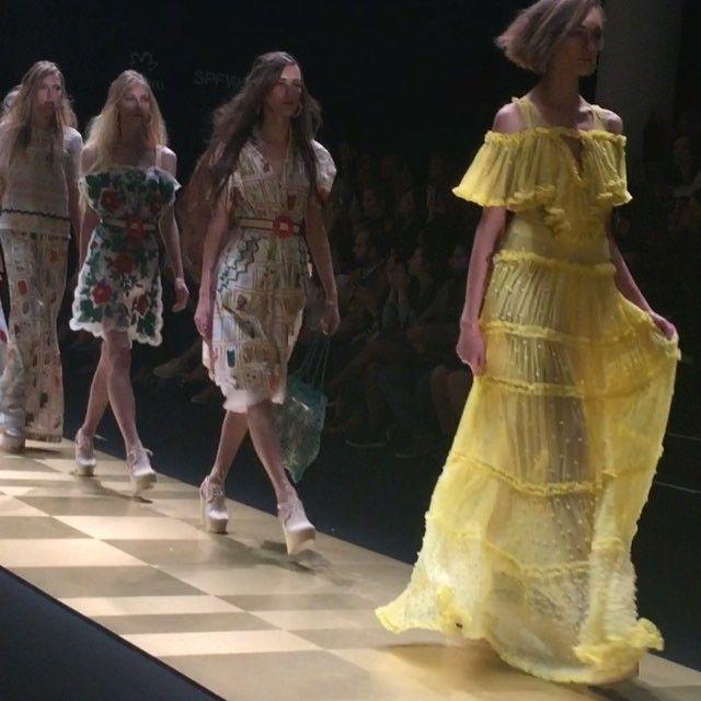 """O universo lúdico de """"Alice Através do Espelho"""" dá forma à passagem do tempo na coleção de @isabelacapeto! Destaque para os vestidos fluidos, as cores vibrantes e os bordados mil que fazem do trabalho artesanal da estilista uma verdadeira obra de arte! #SPFW #SPFWn41"""