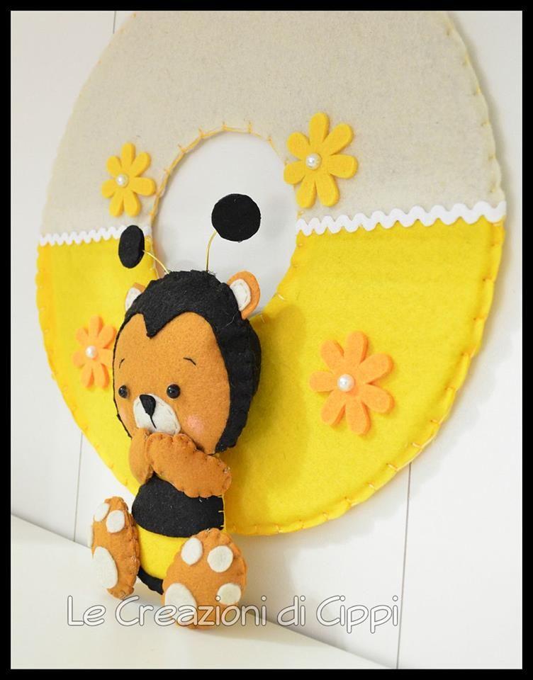 Ghirlanda in pannolenci con ape realizzata a mano for Decorare la stanza di un neonato