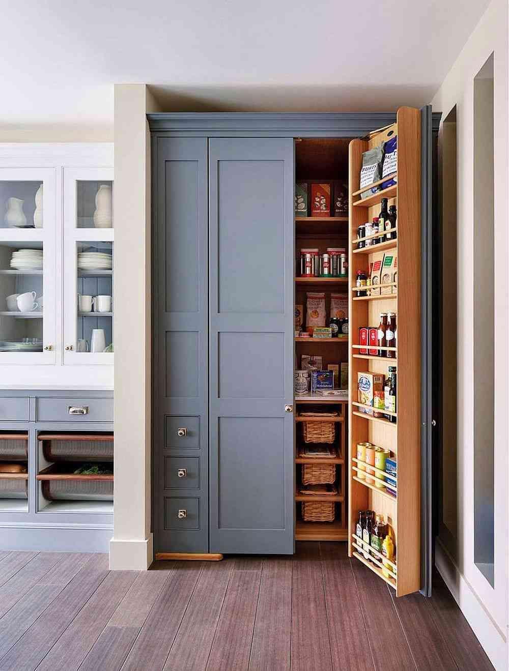 die nutzung der k che ecke mit einer fabelhaften speisekammer mit bl ulich grauen t ren 10. Black Bedroom Furniture Sets. Home Design Ideas