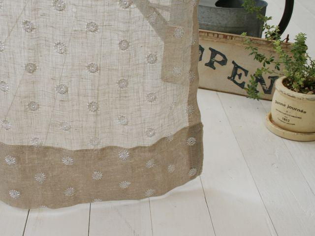 ナチュラルなリネンのレース生地に花柄の刺繍を施したレースカーテンです。