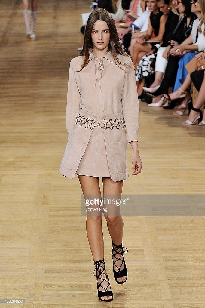 Malli kävelee kiitotien Chloe Kevät Kesä 2015 muotinäytös aikana Pariisin muotiviikoilla 28. syyskuuta 2014 Pariisi, Ranska.