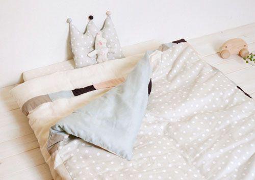 無印良品にはベビー用の寝具が一通りそろっています。ベビーベッドに無印良品のベビー用布団 はいかが?ガーゼケットや、ガーゼタオルなど肌に優しいものが多いです。