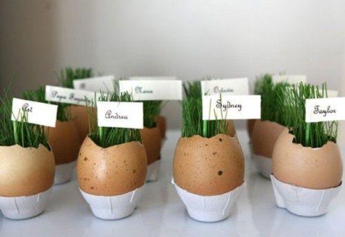 Skal du holde påske frokost for hele familien eller bare et par venner? Lad dig og dit barn lave noget smarte bordkort/æg som du kan se på billedet. Brug vat til at ligge i bunden af ægget.