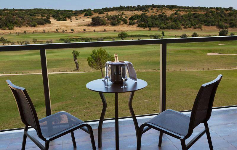 Um brinde com vista para o campo de golfe do Morgado