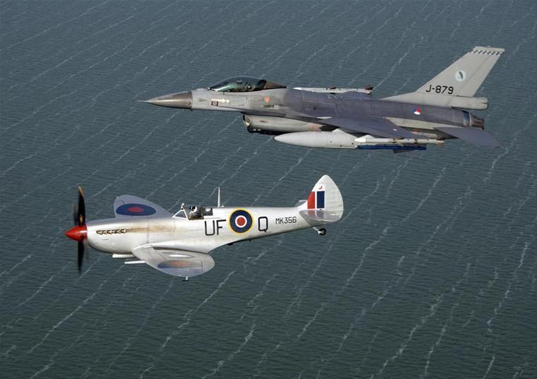 een-archiefopname-van-een-f-16-jachtvliegtuig-van-het-322-squadron-met-een-engelse-spitfire-in-2011-foto-ministerie-van-defensie