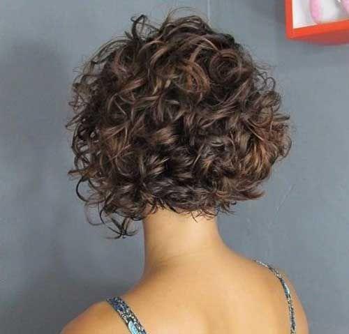 Kurze Lockige Frisur Fur Frauen In 2020 Lockige Frisuren Kurze Lockige Frisuren Kurze Lockige Haare Frisuren
