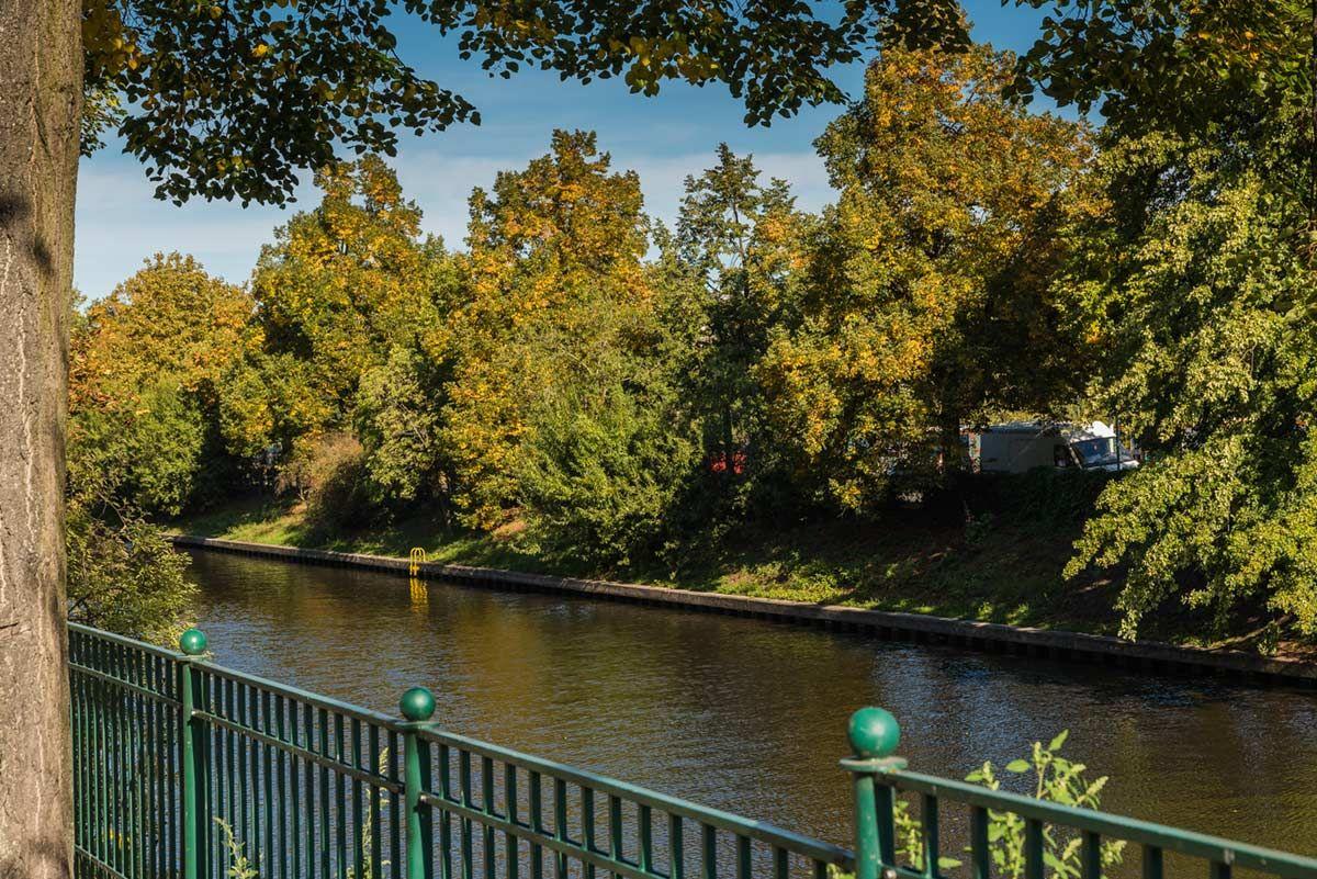 Der Landwehrkanal, an dem man wunderbar entlangspazieren, joggen oder einfach sitzen und die Beine baumeln lassen kann.