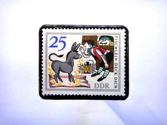 旧東ドイツ「童話」切手ブローチ750素材:未使用切手、革 サイズ:32✕38mm(中型)重さ:約6g切手面は、剥がれないようコーティングブローチにしてお届け致...|ハンドメイド、手作り、手仕事品の通販・販売・購入ならCreema。