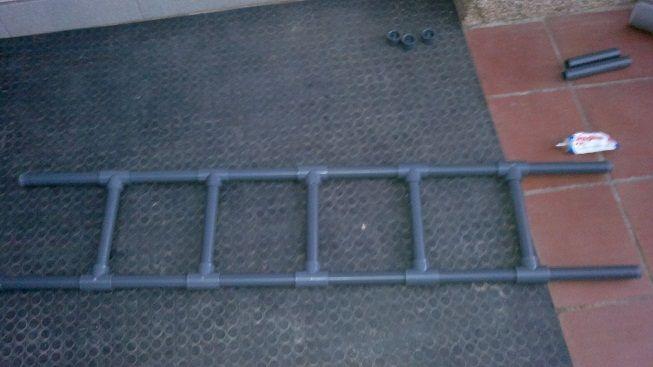 Yo + Aburrimiento: Escalera de PVC y tubo galvanizado.