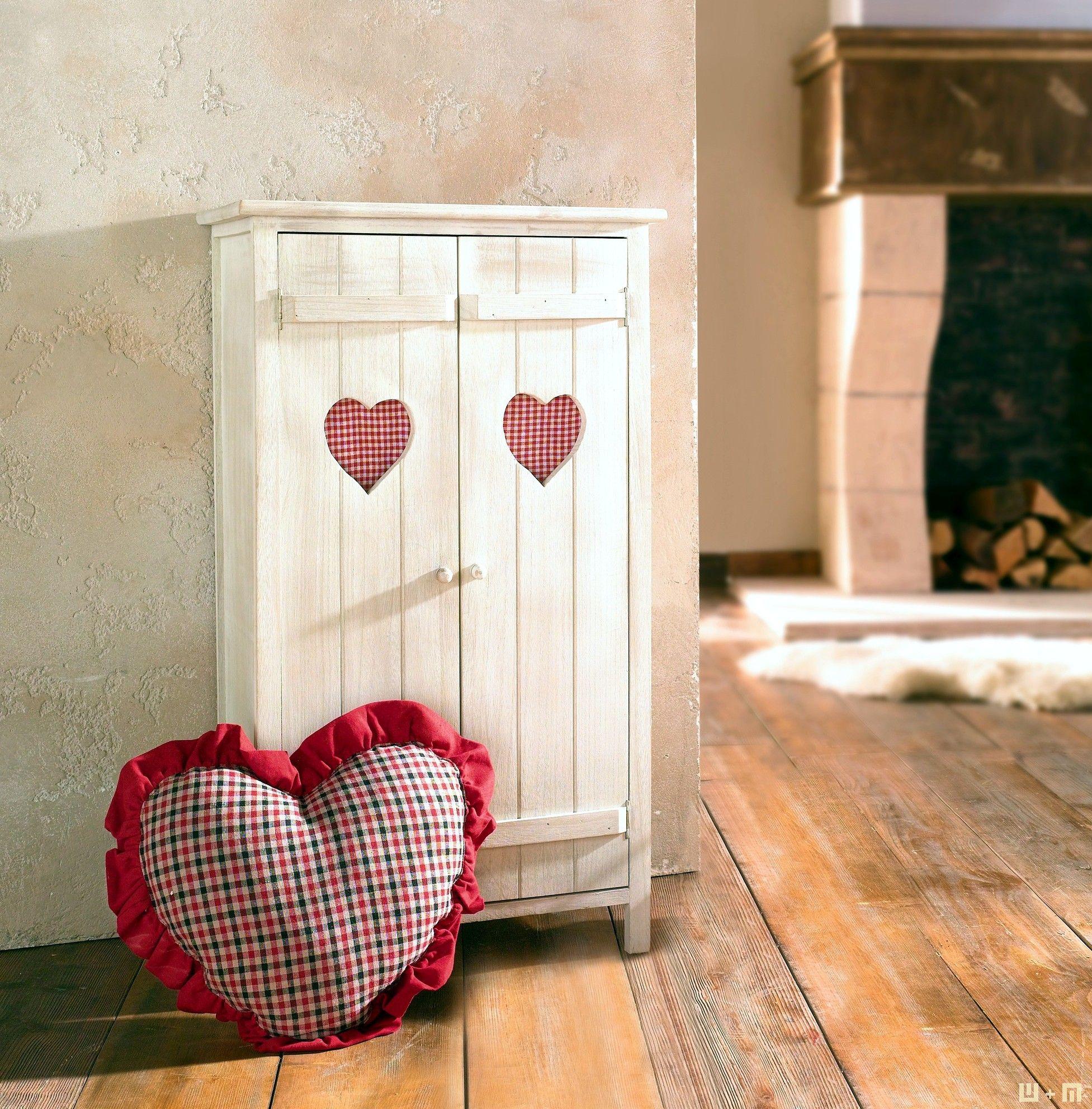 Zauberhaftes kleines Schränkchen, weiß gekalktes Holz, romantische Aussparungen in Herzform, innen mit rot kariertem Stoff verkleidet. Jetzt liefern lassen.
