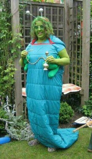 Raupenkostüm, einfach zwei blaue oder grüne Schlafsäcke ...