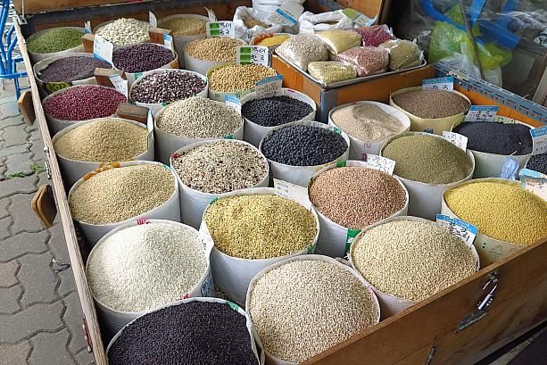 色とりどりのこれは?!たぶん、ご飯に混ぜて炊くいろんな穀物かな?韓国では雑穀米が人気ですからね~