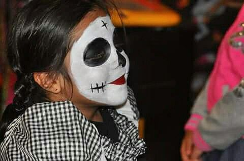 One hour missing for the main show! Meanwhile we have an special menu and face painting Catrinas!