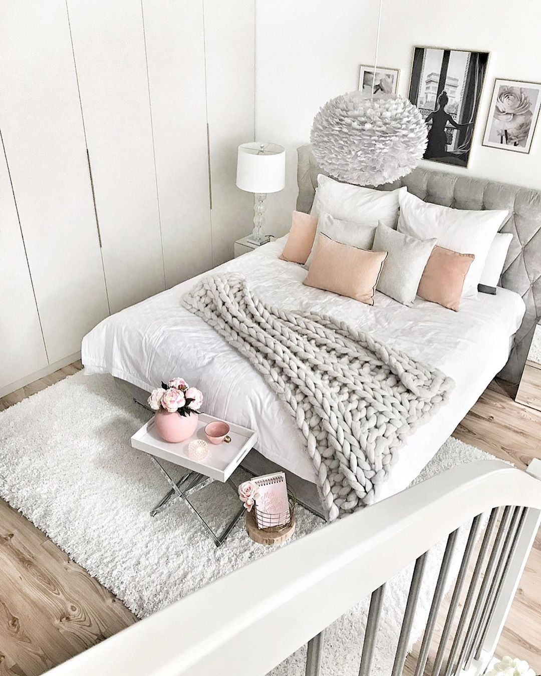 Gemütliches Schlafzimmer mit luxuriösen Boxspringbett in grau ...