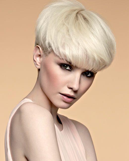 I tagli capelli per donne passano dal corto al lungo, ma sempre dalla frangia. C…