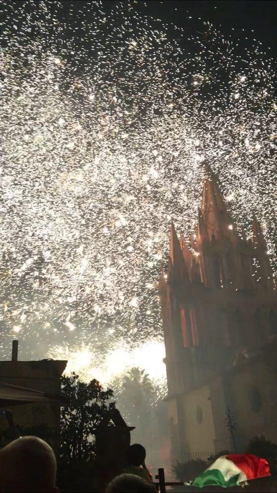 Fuegos Artificiales Sobre La Parroquia De San Miguel De
