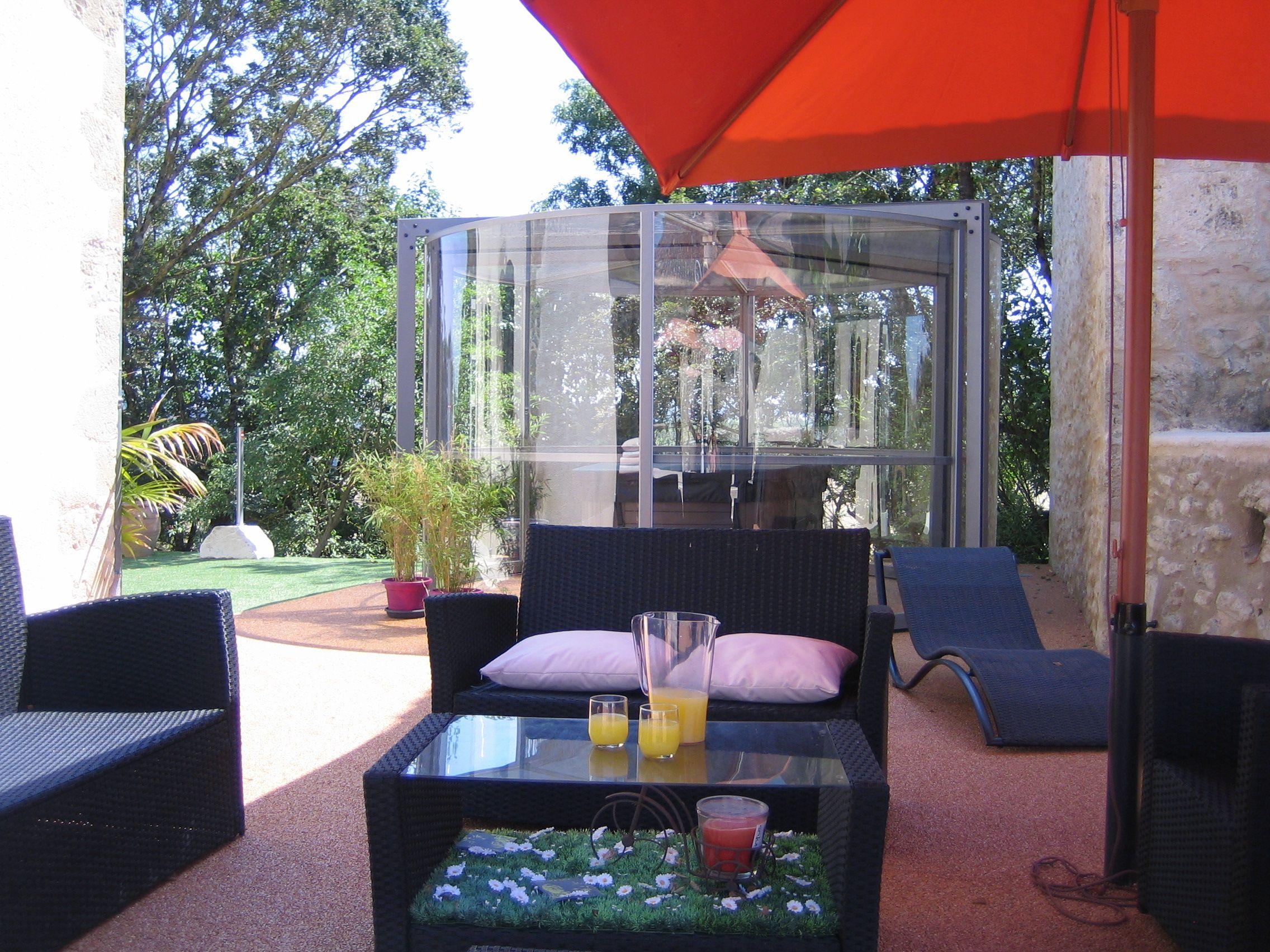 terrasse avec spa couvert domaine le castagné auch gers chambres d