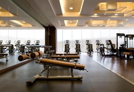 Love the use of the tan leather vinyl on the fitness for Gimnasio vida fitness