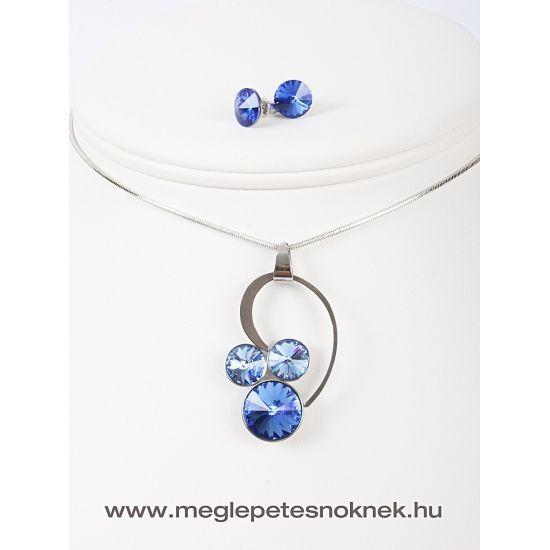 Gyönyörű, exkluzív Swarovski kristályos nyaklánc és fülbevaló szett.  A bedugós fülbevaló 1-1 db kb 9 mm-es sötét kék kristályt tartalmaz. A nyaklánc medálja 1 db sötét kék kb 13 mm nagyságú kristályt tartalmaz, és 2 db 9 mm-es világos kék színű kristályt tartalmaz. A medál és a fülbevaló nemesacél foglalatban található.